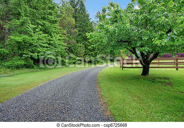 Jardinero de manzana y camino de gravilla - csp6725668