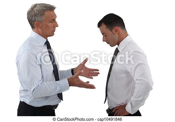 Jefe y empleado teniendo una seria discusión - csp10491846