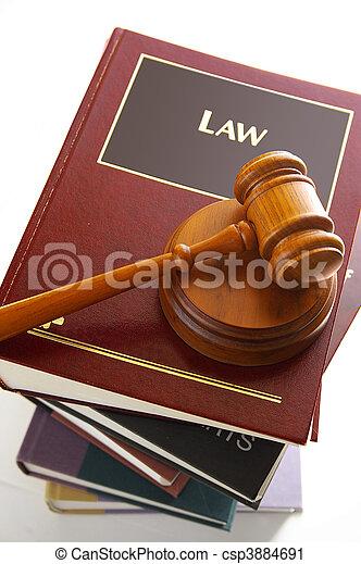 Jueces de oro en un montón de libros de leyes - csp3884691
