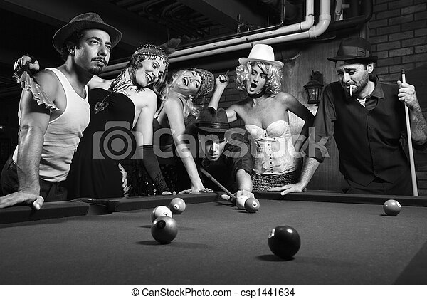 Grupo Retro jugando al billar. - csp1441634