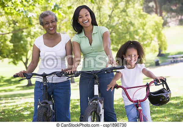 La abuela con la hija adulta y el nieto en bicicleta - csp1890730