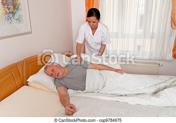 La enfermera de edad cuida a los ancianos - csp9784975