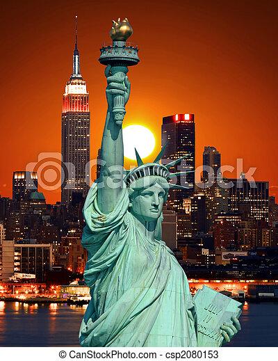 La estatua de la libertad y la ciudad de Nueva York - csp2080153