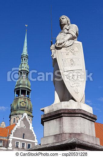 La estatua de St. Roland y la iglesia de St. Peter en riga - csp20531228