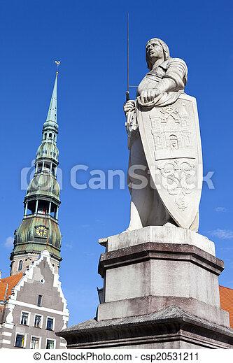 La estatua de St. Roland y la iglesia de St. Peter en riga - csp20531211