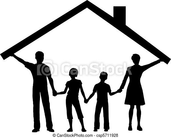 La familia bajo la casa tiene techo sobre los niños - csp5711928