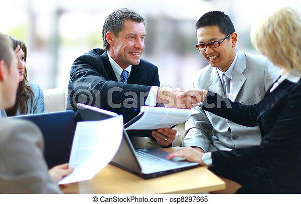La gente de negocios da la mano, termina una reunión - csp8297665