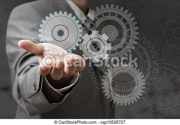 La mano muestra ruedas de engranaje - csp10528727