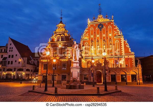 La plaza del ayuntamiento de Riga, la casa de los negros y St. Roland - csp28294535