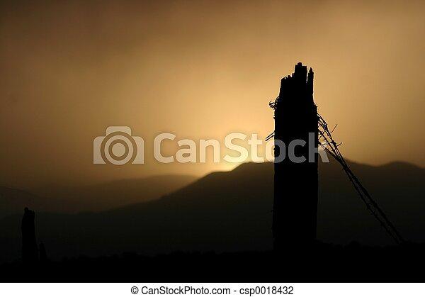 La puesta de sol de alambre de púas - csp0018432
