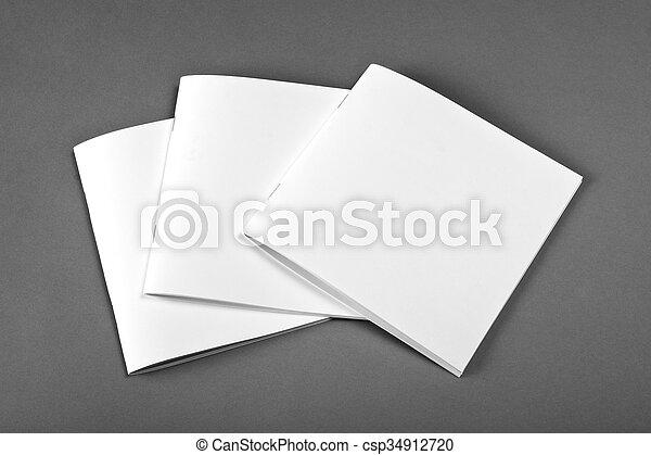 La revista Blank Brochure aislada en gris para reemplazar tu diseño. - csp34912720
