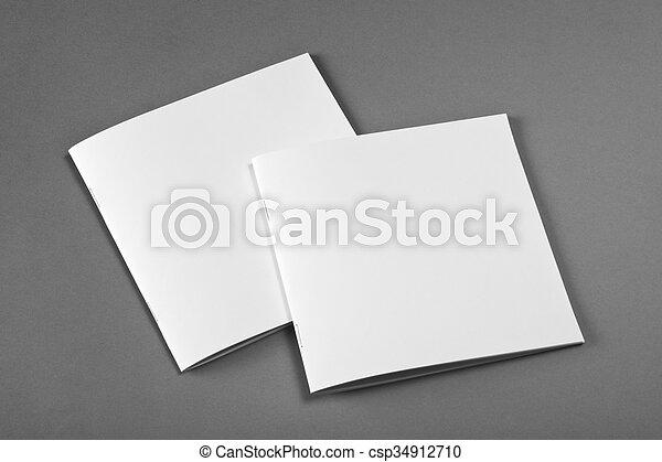La revista Blank Brochure aislada en gris para reemplazar tu diseño. - csp34912710