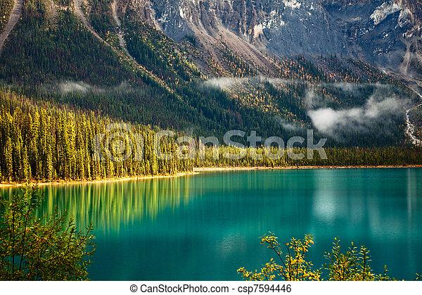 El lago Esmeralda - csp7594446