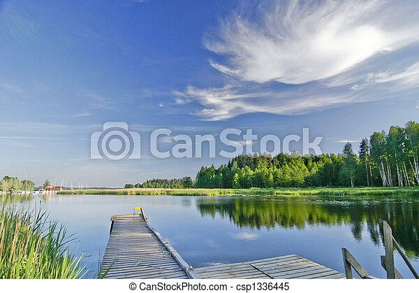 Lago tranquilo bajo el cielo vívido en verano - csp1336445