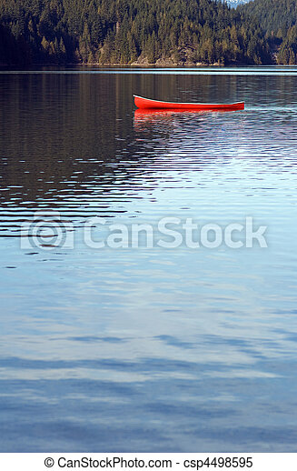 canoa vacía en el lago - csp4498595