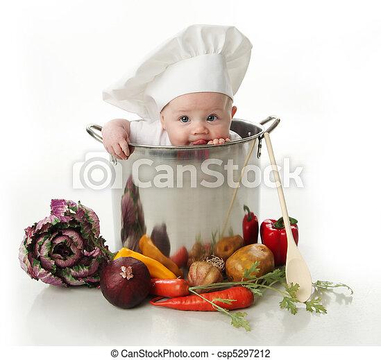 Lamiendo al bebé sentado en la olla de un chef - csp5297212