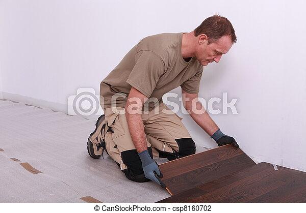 El hombre colocando suelos - csp8160702