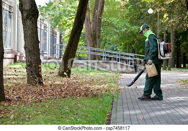 Landscaper operando hojas de gas - csp7458117