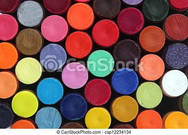 Lapices coloridos de cera para el arte escolar arreglados en filas y columnas para mostrar sus colores vivos y brillantes - csp12234134
