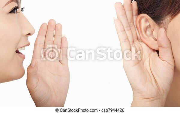 Las mujeres hablan y escuchan chismes - csp7944426