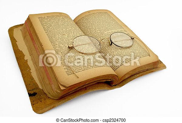 Un libro abierto con gafas de oro - csp2324700