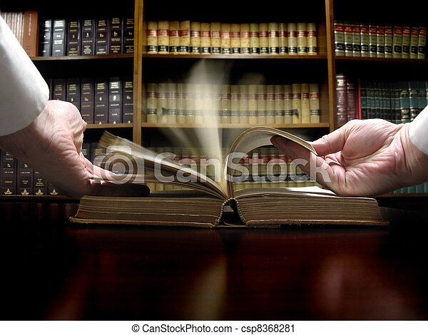 La mano del libro de leyes - csp8368281
