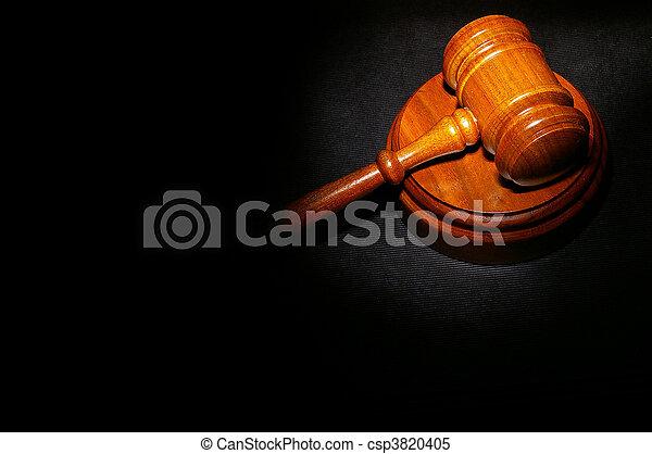 El fallo legal del juez en un libro de leyes - csp3820405
