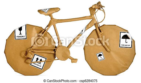 Bicicleta envuelta en papel marrón listo para un movimiento aislado en un fondo blanco - csp6284075