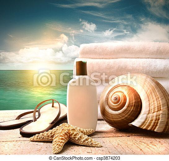 Loción y toallas y escena del océano - csp3874203