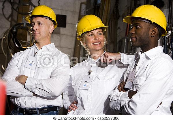 Los compañeros conversan en la sala de mantenimiento - csp2537306
