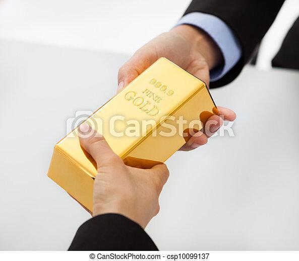Los empresarios intercambian bars de oro - csp10099137