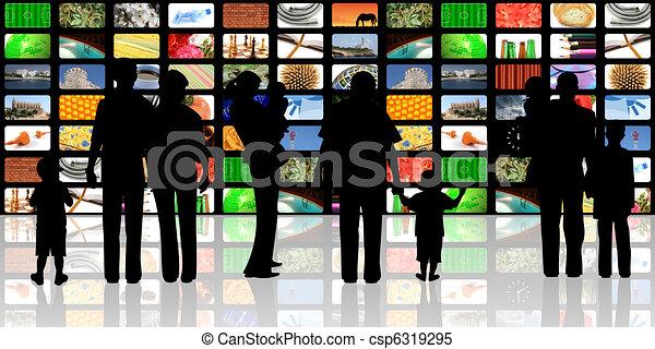 Los jóvenes con niños mirando - csp6319295