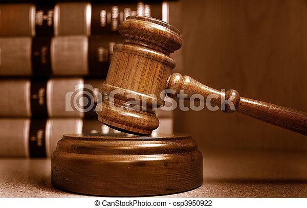 Los jueces danl y los libros de leyes están detrás - csp3950922