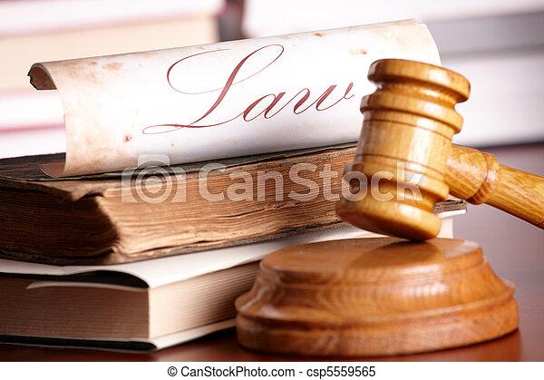 Los jueces se rindieron con libros muy viejos - csp5559565