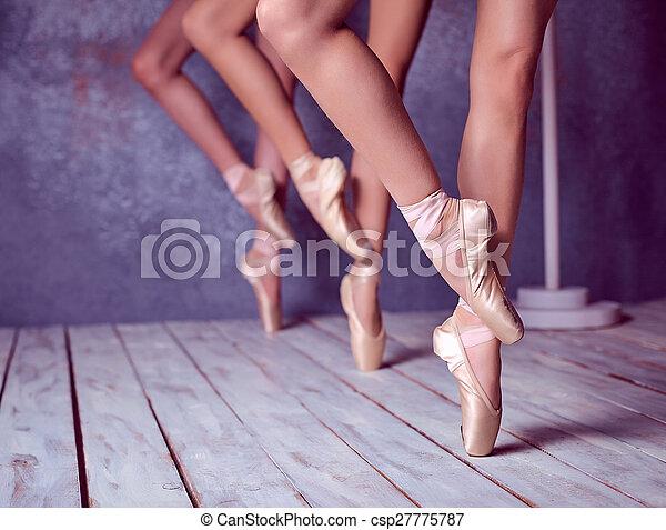 Los pies de una joven bailarina con zapatos de punta - csp27775787
