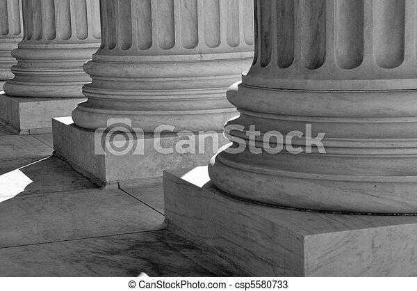 Los pilares de la ley y la justicia de los Estados Unidos son el Tribunal Supremo - csp5580733
