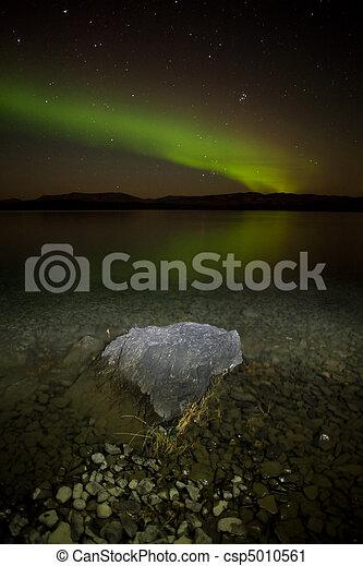 Luces del norte reflejadas en el lago - csp5010561