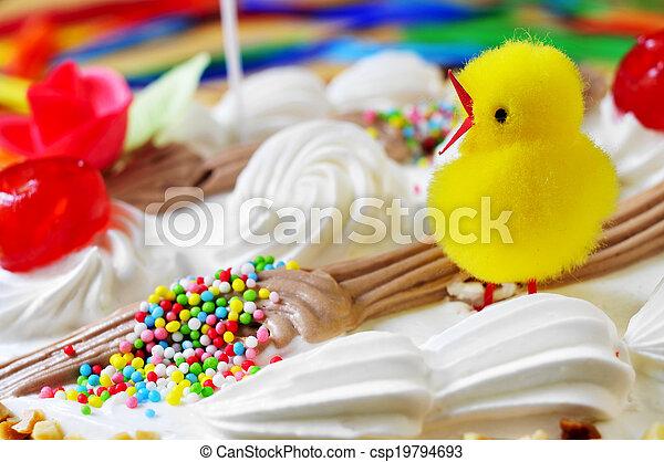 El primer plano de una Mona de Pascua, un pastel comido en España el lunes de Pascua, adornado con una chica de peluche - csp19794693