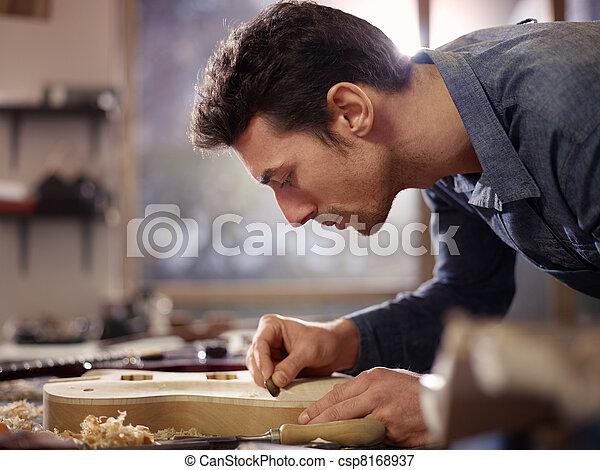 El artesano italiano trabaja en el taller de lacrimógeno - csp8168937