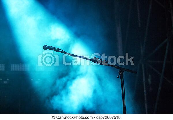Micrófono con luz azul - csp72667518