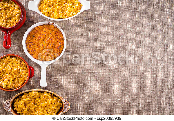 Macarrones de queso con espacio de copia a la derecha - csp20395939