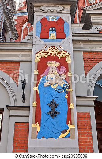 Madonna embarazada. Casa de negros, riga, Letonia - csp20305609