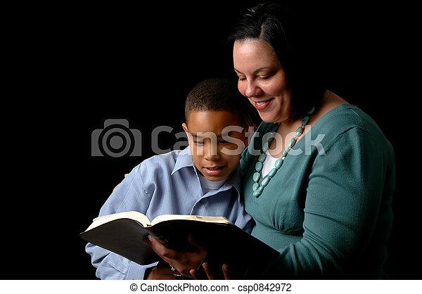 Madre leyendo a hijo - csp0842972