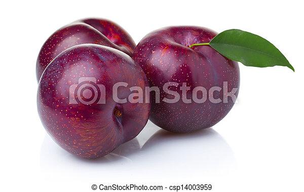 Tres frutas moradas de ciruela con hojas verdes aisladas - csp14003959