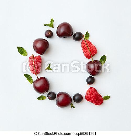 Patrón de frutas coloridas del alfabeto inglés Q de bayas maduras naturales, grosellas, frambuesas, hoja de menta aislada en un fondo blanco. La mejor vista. - csp59391891