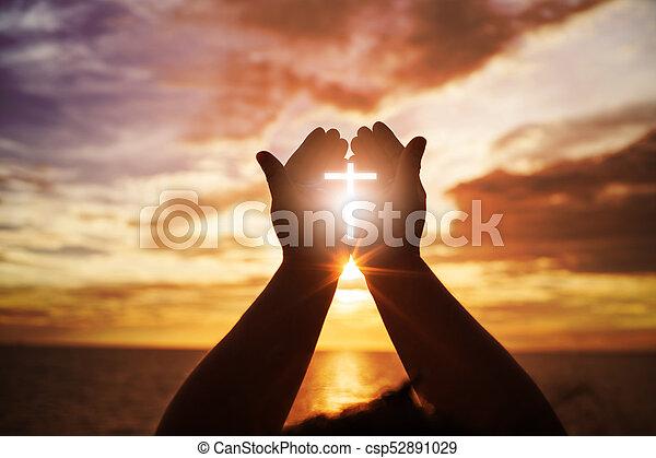 Manos humanas abren la palma de su adoración. La terapia de eucaristía bendice a Dios ayudando a arrepentirse de la Pascua católica. Fondo de religión cristiana. Pelear y ganar por Dios - csp52891029