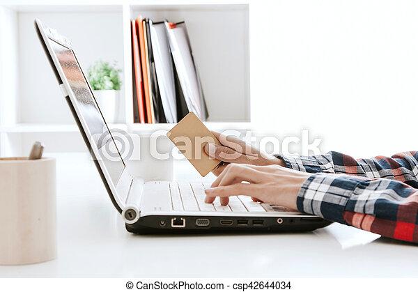 Manos escribiendo en el ordenador de la oficina - csp42644034