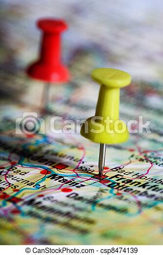 Pulgarcito en un mapa - csp8474139