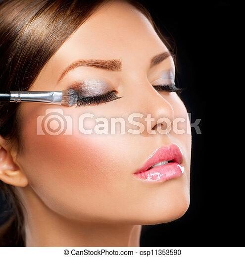 Maquillaje aplicado. Cepillo de sombra - csp11353590