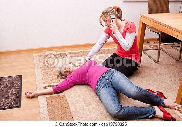 Una joven hace una llamada de emergencia - csp13730325